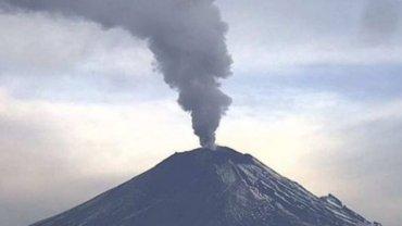El volcán Popocatépetl amaneció con una columna de vapor de agua