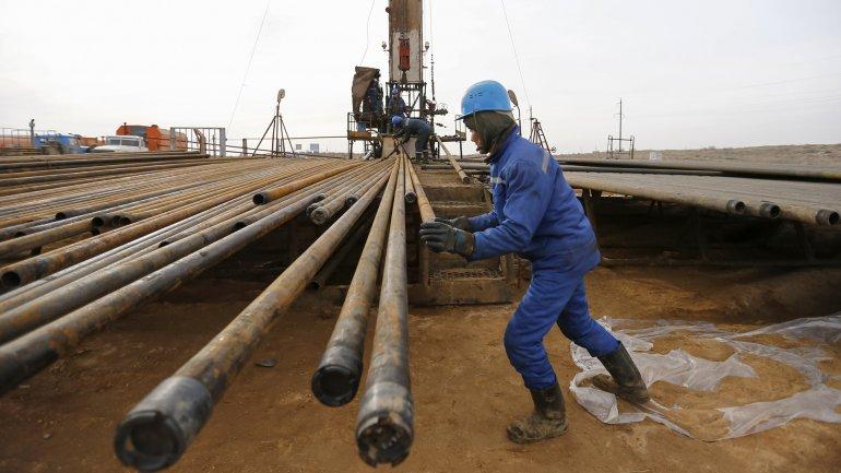 Miembros de dentro y fuera de la Organización de Países Exportadores de Petróleo (OPEP) se reunirán el17 de abrilenDoha,capital deQatar,para tratar uncongelamientodel bombeo para respaldar los precios.