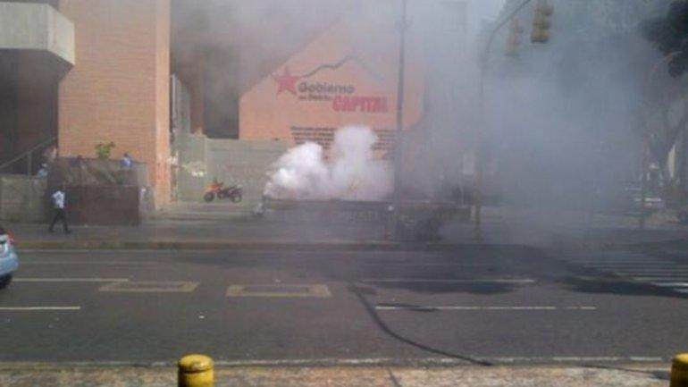 El humo de las detonaciones en las cercanías al Parlamento venezolano