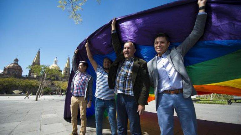 Colectivos gay festejaron la decisión de la Corte Suprema en las calles de Jalisco
