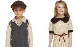 Los dos modelos infantiles con los disfraces de refugiados