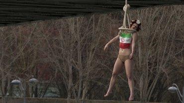 Sarah Constantin,activista de Femen, cuelga de un puente en París en protesta por las ejecuciones de Irán