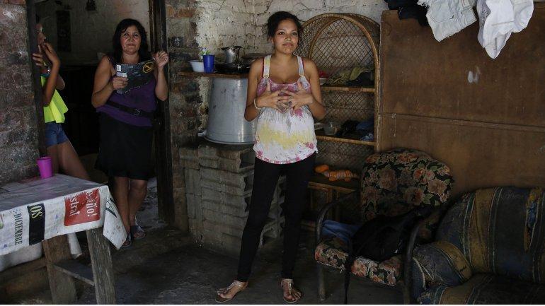 Kerly Ariza (centro), una muchacha de 17 años y cinco meses de embarazo, fotografiada en su casa de Ibagué, Colombia, el 26 de enero del 2016. A la joven se le diagnosticaron síntomas del virus zika en un hospital local y está esperando los resultados de exámenes.