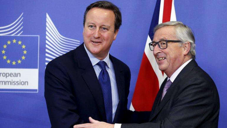 David Cameron junto a Jean-Claude Juncker