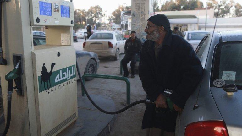 Los consumidores están felices por la bajada en los precios de los combustibles como consecuencia del derrumbe en los valores del crudo