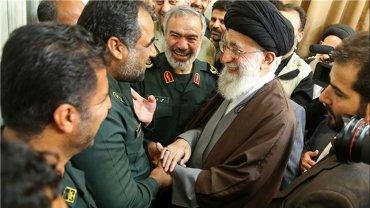 Ali Khamenei con la unidad naval de la Guardia Revolucionaria iraní que detuvo a la flota norteamericana