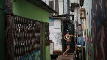El virus puede provocar microcefalia en los fetos. En la foto, Taimara Lourenco luce su embarazo de cinco meses en un barrio popular de Recife, Brasil