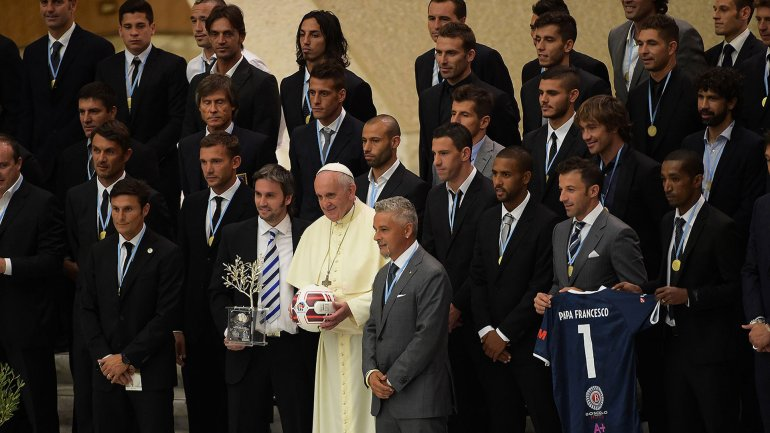 El papa Francisco junto a personalidades del fútbol mundial