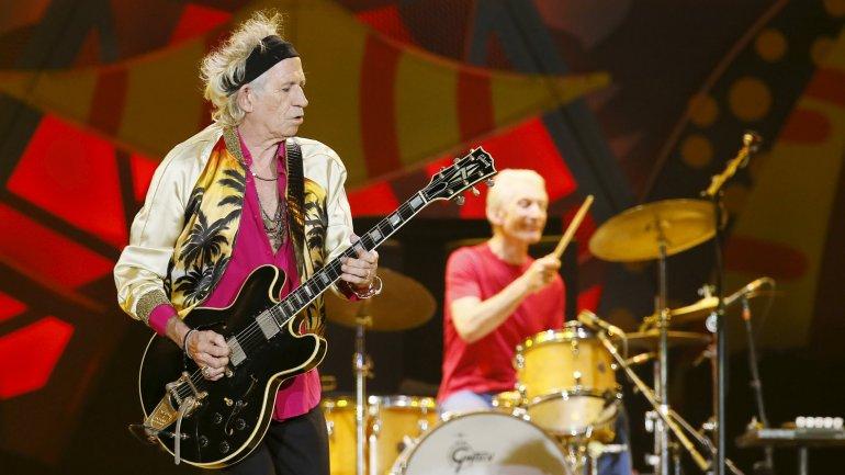 Con un escenario repleto de luces rojas, los Stones interpretaron