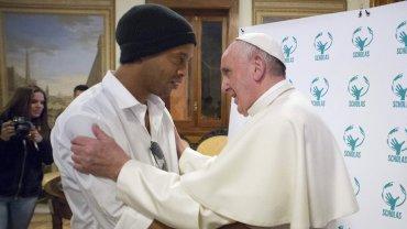 El encuentro entre el papa Francisco y Ronaldinho