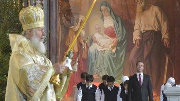 Cirilo I, patriarca de la Iglesia Ortodoxa Rusa, celebra la Navidad en Moscú. Detrás, el primer ministro Dmitir Medvedev.