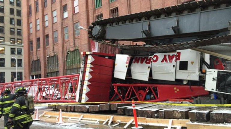 La grúa estaba apoyada sobre el asfalto y volcó. La foto de los bomberos muestran las orugas de la estructura boca arriba