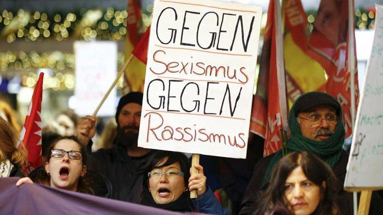 En Alemania hubo diversas protestas contra los ataques de Colonia en Año Nuevo. Los manifestantes llevaban pancartas con mensajes como contra el racismo y contra el sexismo