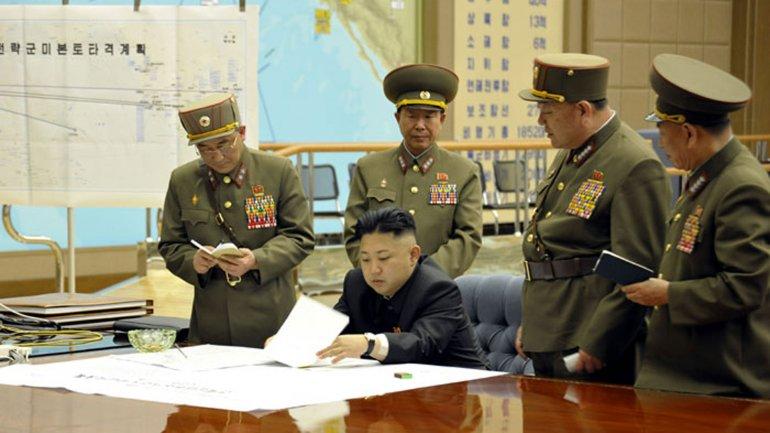 Ri Yong-gil, el segundo de la izquierda parado atrás de Kim Jong-un