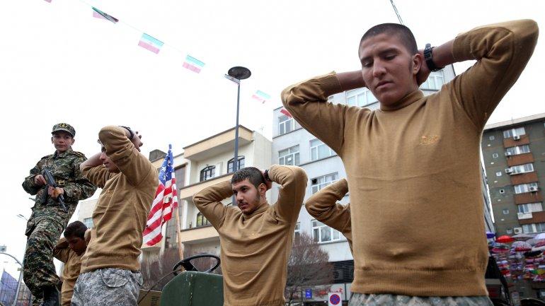 Miembros de la fuerza paramilitarBasij representando el momento de la detención