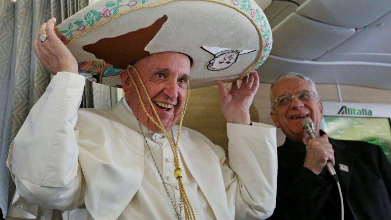 El papa Francisco recibió un sombrero, entre otros regalos