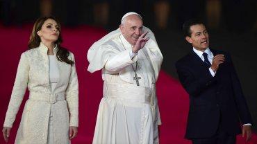 El Papa Francisco junto al presidente de México, Enrique Peña Nieto
