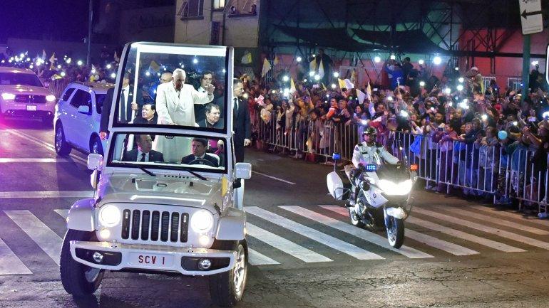 Decenas de miles de mexicanos esperaron al papa Francisco en las calles para saludarlo
