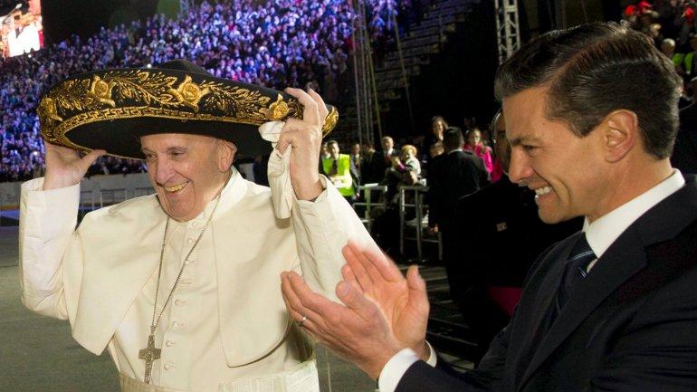 El papa Francisco con un gorro de mariachi en el aeropuerto de la Ciudad de México