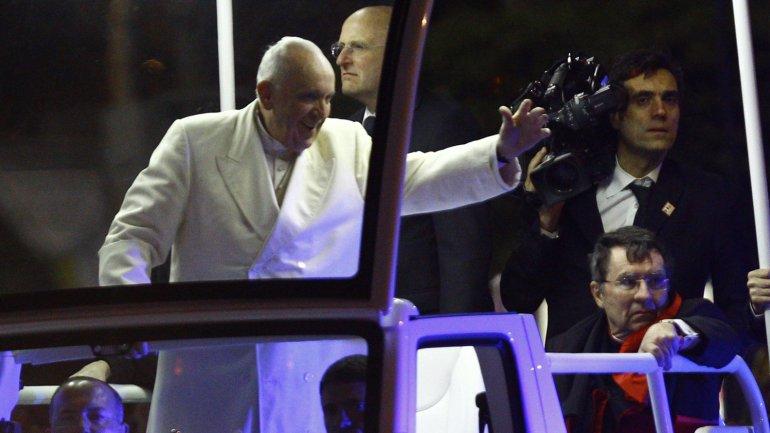 Francisco en el papamóvil saluda a los files que se acumularon en las calles de México para verlo