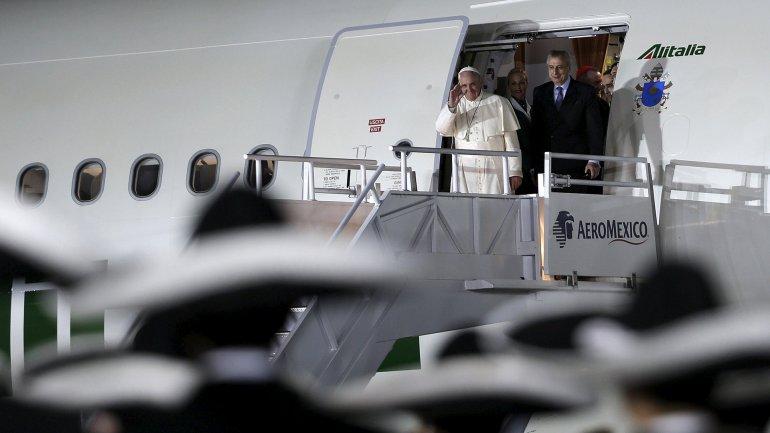 La llegada del avión del papa Francisco a México