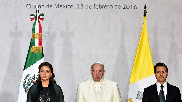 El papa Francisco recibe la bienvenida del presidente de México, Enrique Peña Nieto, en Palacio Nacional
