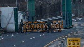 Uniformados surcoreanos instalan una barricada tras el cierre de Kaesong