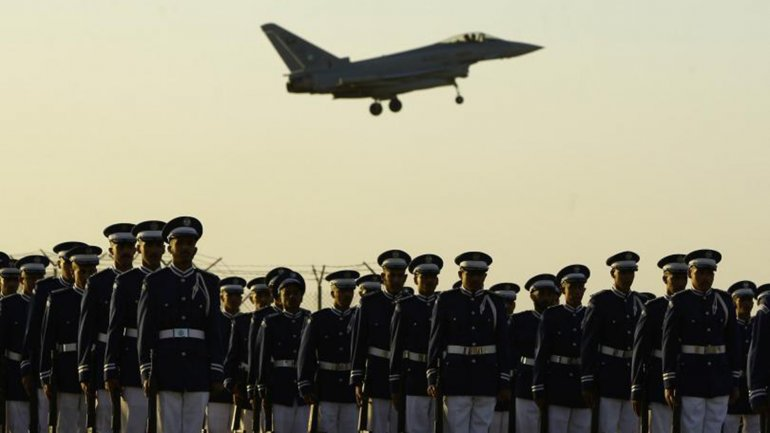 Un avión de la fuerza aérea saudita vuela durante un acto de graduación de los oficiales en la universidad militar Rey Faisal en Riad