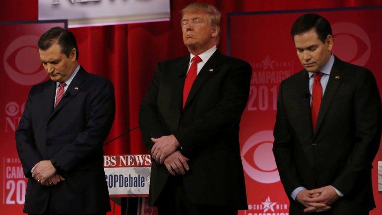 Ted Cruz, Donald Trump y Marco Rubio, en un minuto de silencio en honor a AntoninScalia durante el último debate republicano