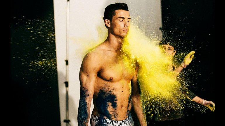 Negro y amarillo, los primeros baldazos de colores que recibió Cristiano Ronaldo