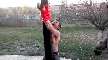El supuesto narcotraficante ucraniano grita de dolor. Soldados prorrusos lo golpearon hasta la muerte