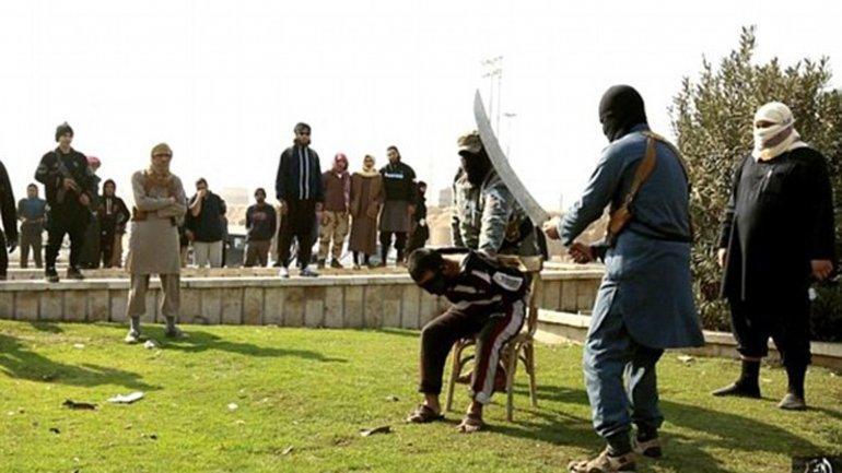 La víctima, con los ojos vendados y sentada en una silla, aguarda a ser ejecutada