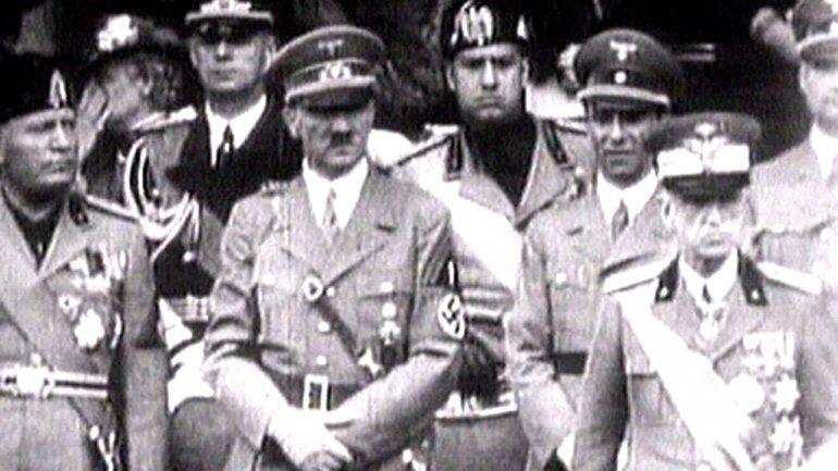 Benito Mussolini (izquierda) junto a Adolf Hitler (centro)