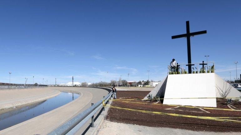 La cruz donde rezará el Papa en Ciudad Juárez frente a la frontera con Estados Unidos
