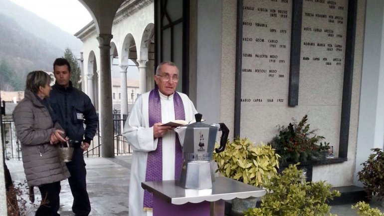 Un sacerdote bendice las cenizas de Renato Bialetti, depositadas dentro de una cafetera Moka de 24 tazas