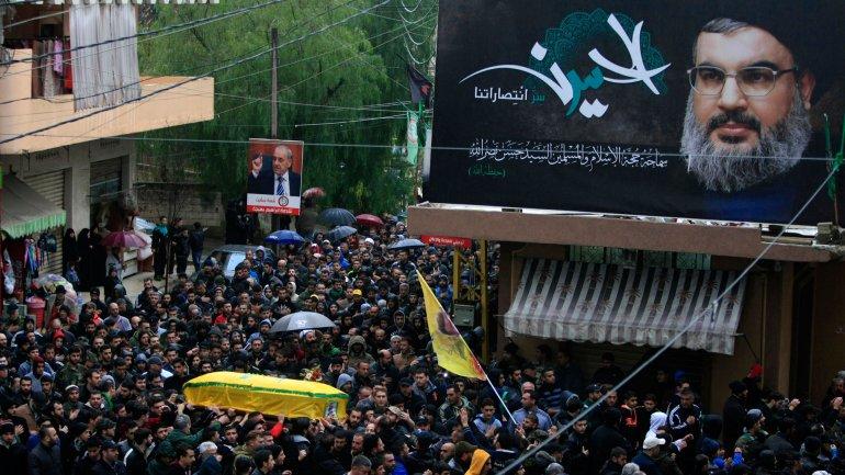 La foto de Hassan Nasrallah enmarca un funeral público de un miembro de Hezbollah en el Líbano