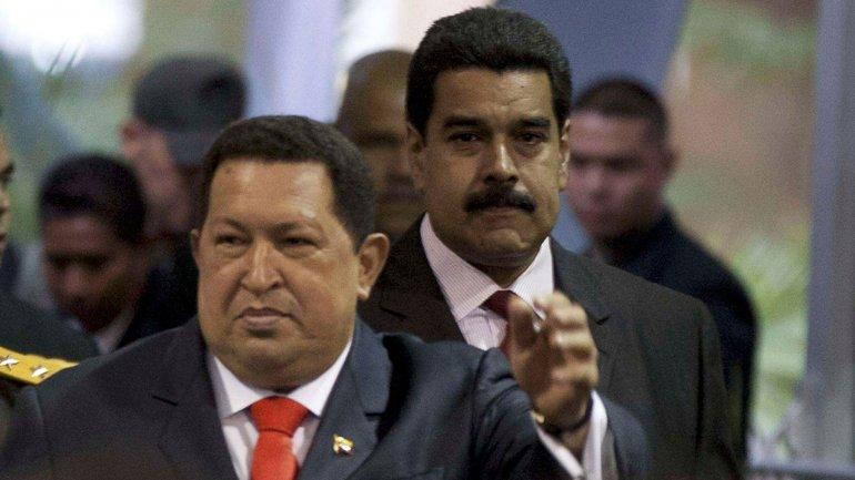 El desborde en la inflación deja al desnudo losgraves inconvenientes y la incapacidadde Nicolás Maduro, en la foto junto con Hugo Chávez