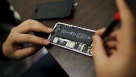 El Gobierno de EEUU quiere que Apple cree una puerta trasera para ingresar al dispositivo
