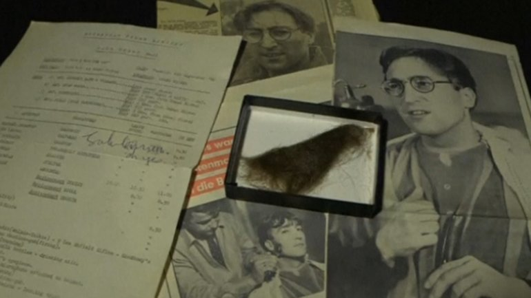El cabello de Lennon junto a dos diarios de la época y un hoja firmada