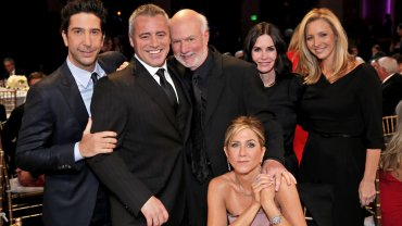 El director James Burrows, en el centro, posa con el elenco de Friends. Desde la izquierda, David Schwimmer, Matt LeBlanc, Jennifer Aniston (sentada), Courteney Cox y Lisa Kudrow
