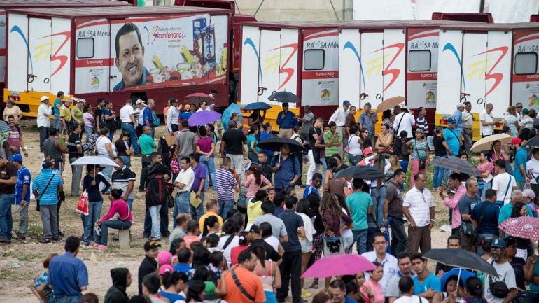 Aquellos venezolanos afortunados que pueden comprar alimentos y/o medicinas deben realizar filas interminables en los supermercados