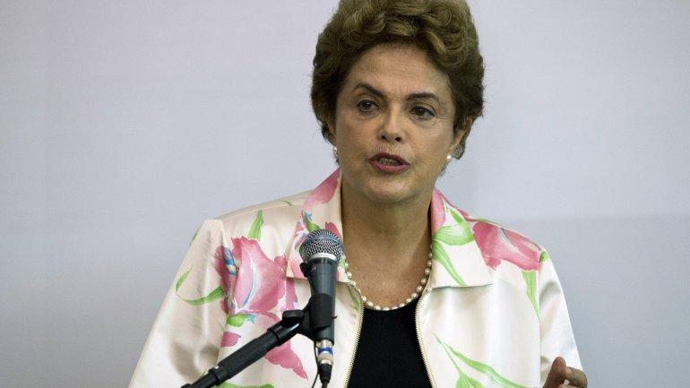 La administración de Dilma Rousseff aseguró que las rebajas de las agencias calificadoras no alterasucompromisocon elajuste fiscal.
