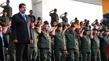 Nicolás Maduro y una de sus tantas exhibiciónes con militares