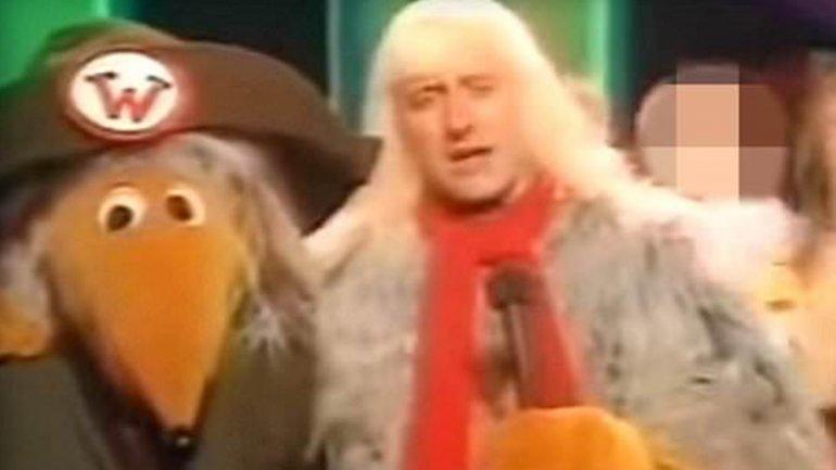 Jimmy Savile en la gala de Navidad de 1973, vestido como un Womble