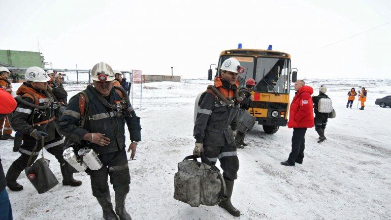 Rescatistas trabajan en el lugar del derrumbe