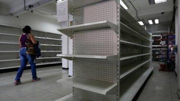 Las estanterías de la farmacia prácticamente sin medicamentos