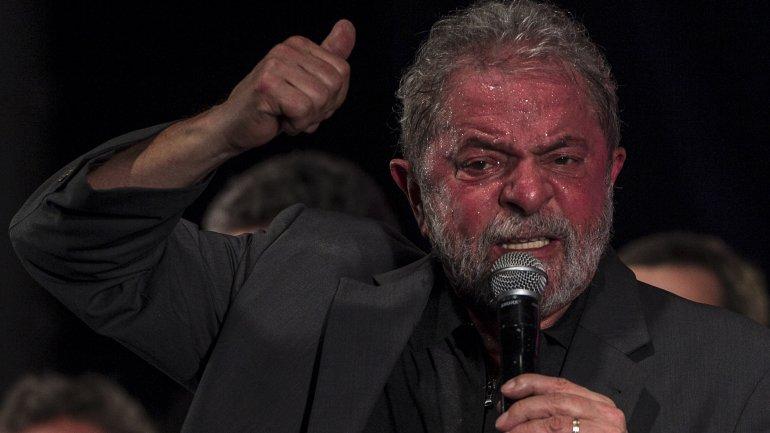 El ex presidente de Brasil Luiz Inacio Lula da Silva habla durante el acto de conmemoración de los 36 años del Partido de los Trabajadores (PT)