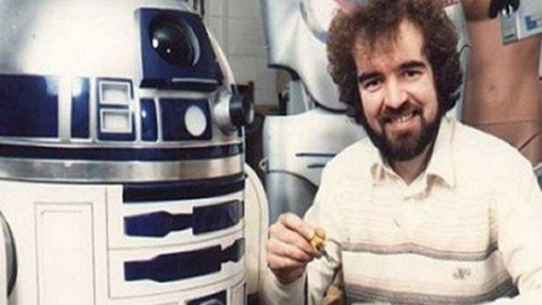 Tony Dyson junto a R2-D2, su creación