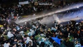 La policía utilizó carros hidrantes para dispersar a los manifestantes