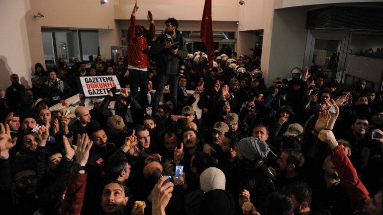Cientos de personas intentaron impedir el allanamiento al Zaman